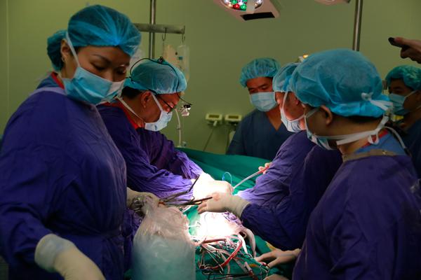 Bác sĩ Việt cứu bệnh nhân người Mỹ mủn hết mạch máu