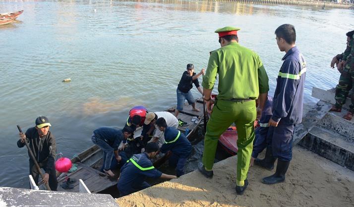 Chồng lao ô tô chở vợ và 2 con xuống sông Hoài, 3 người chết