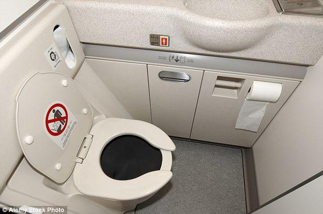 Nhà vệ sinh trên máy bay có thể mở từ bên ngoài, dù bên trong... đã khóa chặt