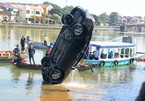 Lao ô tô xuống sông Hoài: Lặng người cảnh vớt thi thể bé trai 6 tuổi