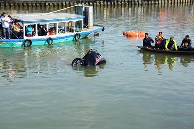 Lao ô tô xuống sông Hoài: Lời kể của bé gái 14 tuổi thoát chết