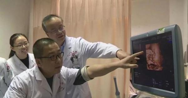 Bé trai đầu tiên tại Trung Quốc được sinh ra từ tử cung bà ngoại