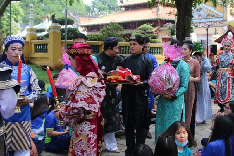 Thầy hiệu trưởng dám chi 300 triệu mời Sơn Tùng M-TP 'vì học sinh thích'