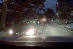 Bật đèn pha chói lóa, tài xế suýt bị đâm xe để dằn mặt
