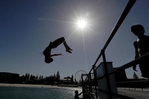 Nóng kỷ lục, dân Australia mang bánh ra nắng nướng