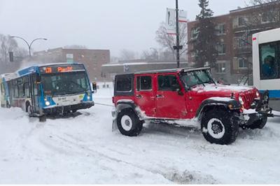 'Hồi hộp' xem 3 chiếc SUV giải cứu xe buýt mắc kẹt trong tuyết