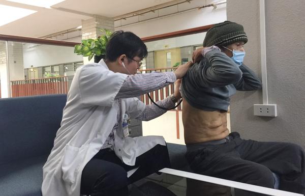 Người đàn ông ho ra cả cốc máu, BS Bạch Mai bất ngờ khi tìm ra thủ phạm