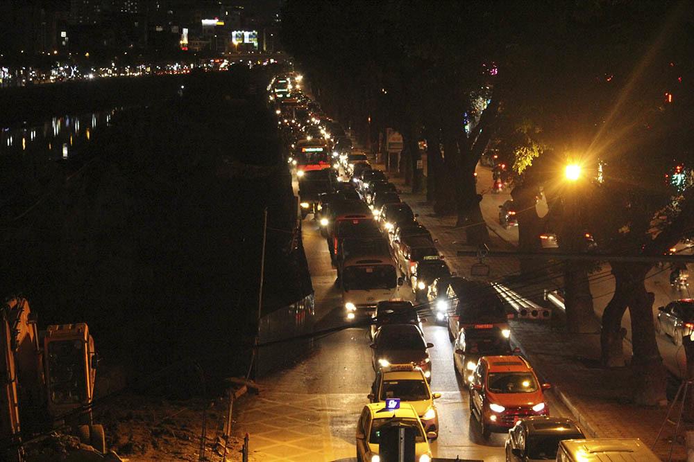 Lô cốt án ngữ phố phường, lọ mọ ngày đêm luồn lách tìm đường
