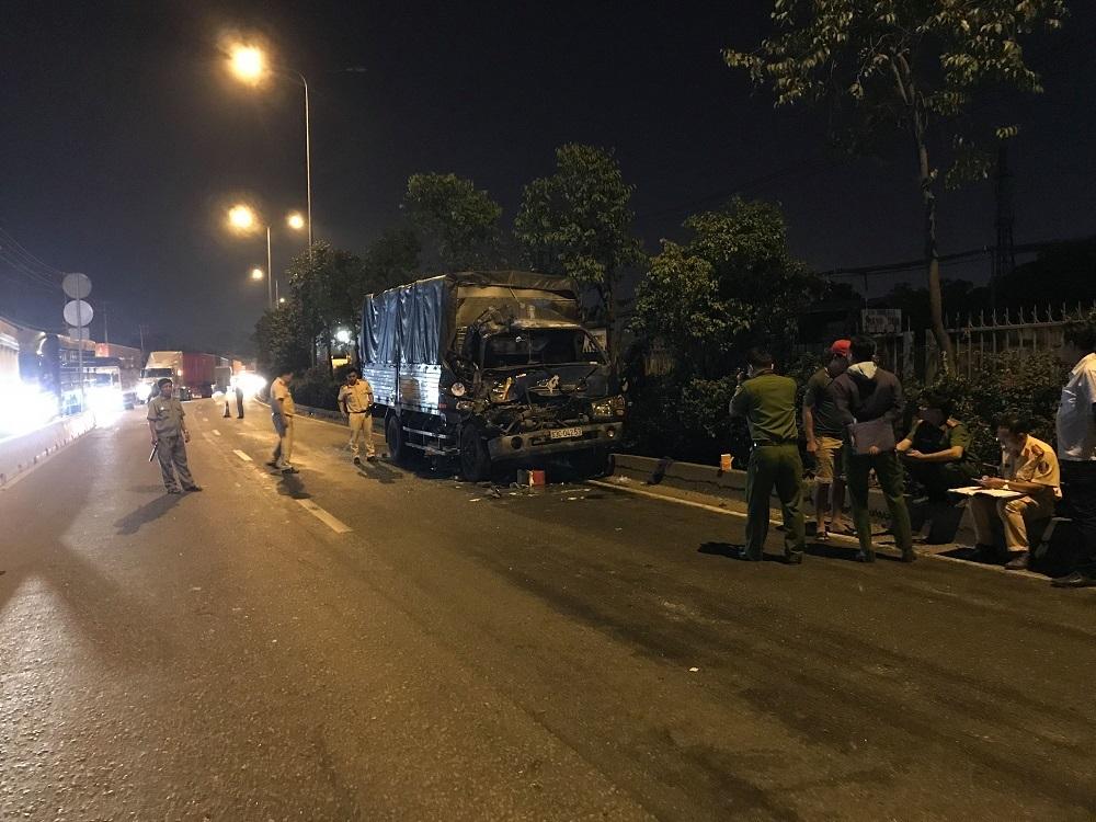 TP.HCM: Ô tô tải húc đuôi xe container, 1 người chết