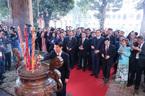 Những người con xa xứ xúc động dâng hương tại điện Kính Thiên