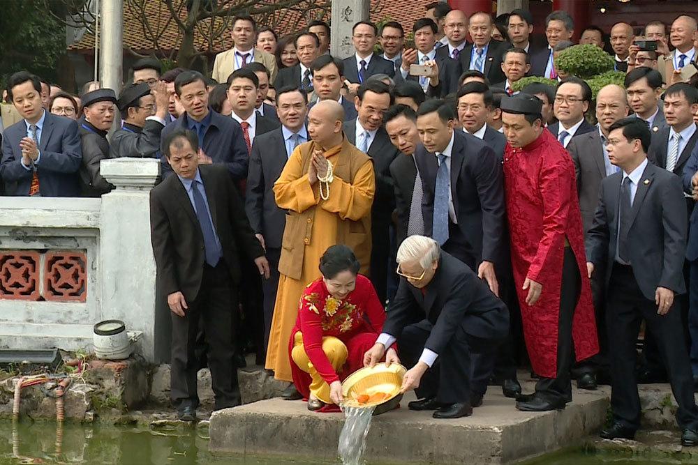 Tổng bí thư, Chủ tịch nước và phu nhân cùng kiều bào thả cá tiễn ông Táo
