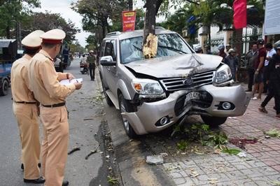 Xế hộp phi gãy cây, tông 2 mẹ con chờ xe buýt: 1 người chết