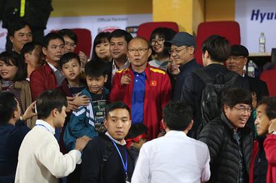 """Thầy Park bị đồng hương Hàn Quốc """"quây"""" ở Hàng Đẫy"""