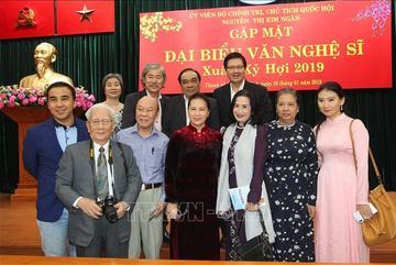 Chủ tịch QH: Nên có thêm chính sách chăm lo đời sống cho văn nghệ sĩ