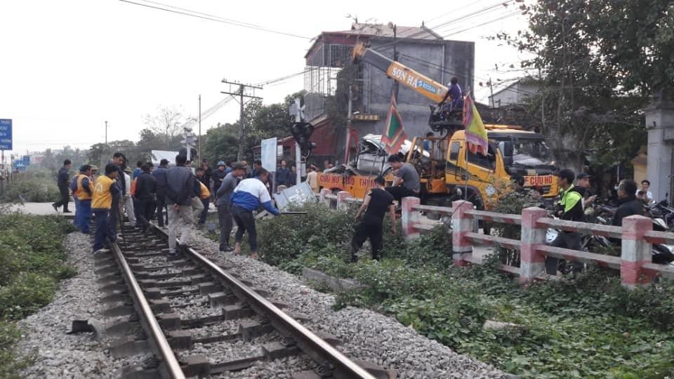 Ô tô chết máy trên đường sắt bị tàu hỏa tông nát bét