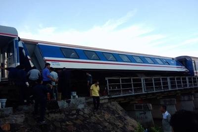 Tàu SE1 trật bánh ở Bình Thuận, hàng loạt chuyến tàu Tết chậm giờ