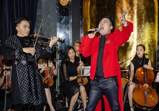 Cặp đôi Hà Hồ - Kim Lý tay trong tay tình tứ đi nghe nhạc