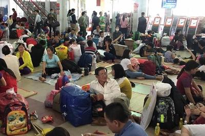 Hàng nghìn người vật vờ ở ga Sài Gòn vì sự cố tàu SE1 trật bánh