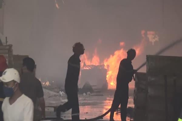 Cháy công ty gỗ ngày cận Tết, công nhân nhốn nháo bỏ chạy