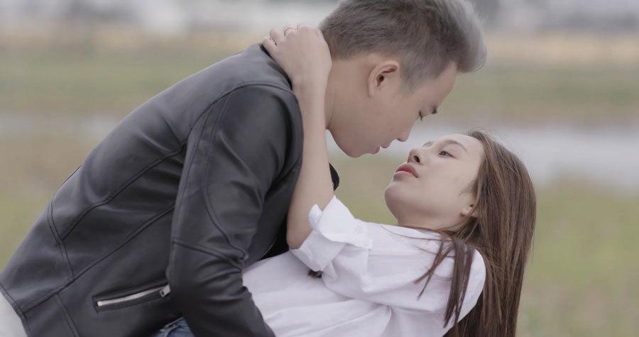 Đóng quá nhiều cảnh nóng, Minh 'Tít' phải chặn vợ vào facebook