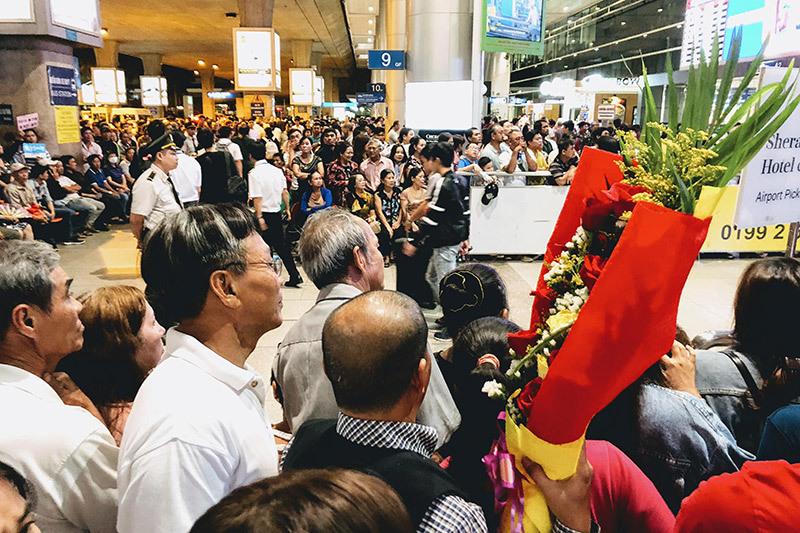 Nụ hôn nồng ấm, nước mắt tuôn rơi ngày đoàn viên ở sân bay