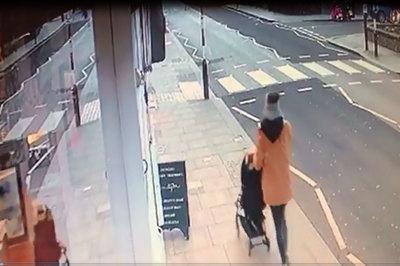 Ô tô tông văng người mẹ đẩy xe nôi qua đường