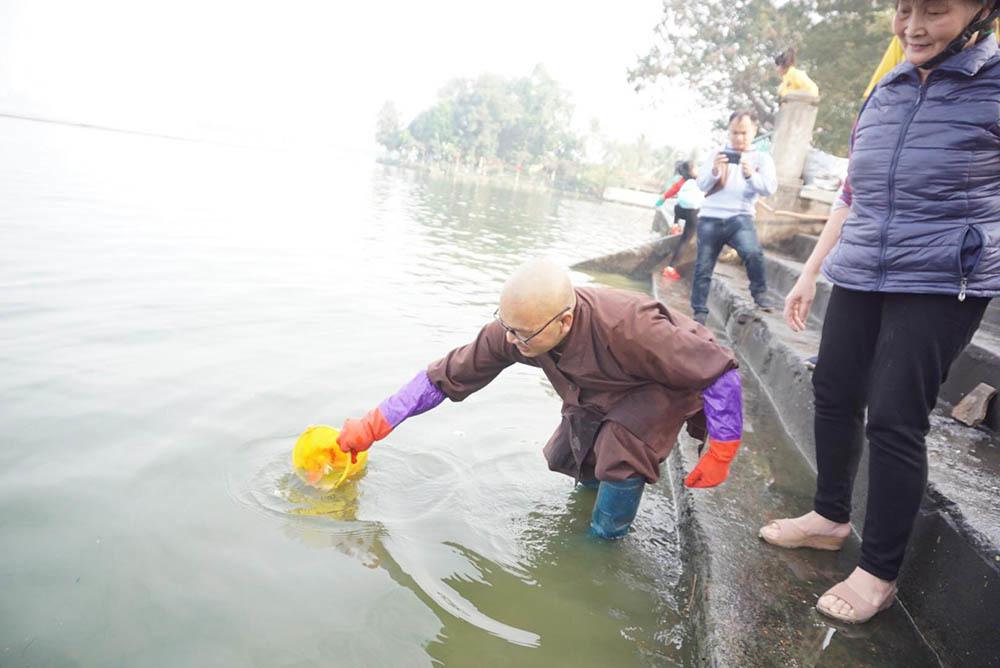 Người Hà thành dìu cá chép 'khủng' ra hồ Tây tiễn ông Công ông Táo