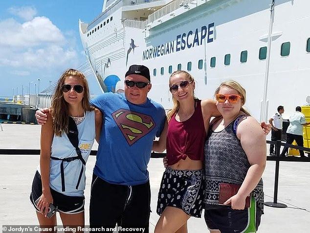 Sau chuyến du lịch cùng gia đình, cô gái 15 tuổi bị mù mắt bí ẩn