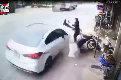 Ô tô bất ngờ lao lên vỉa hè, người phụ nữ may mắn thoát chết