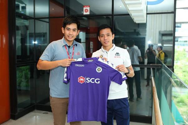 Văn Quyết trải lòng về tình yêu bóng đá trên đất Thái