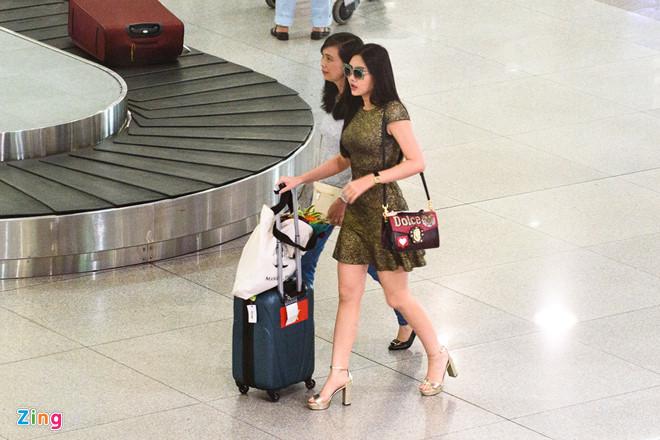 Ngân Anh từ chối chụp ảnh, đi thẳng ra xe khi về đến Việt Nam
