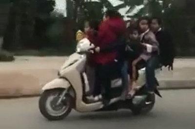 Người phụ nữ đi xe máy chở 5 đứa trẻ cực nguy hiểm