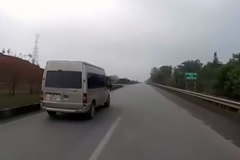 Tài xế liều mạng lùi xe trên cao tốc
