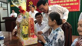 Ông Võ Văn Thưởng tặng quà gia đình chính sách tại Đồng Nai