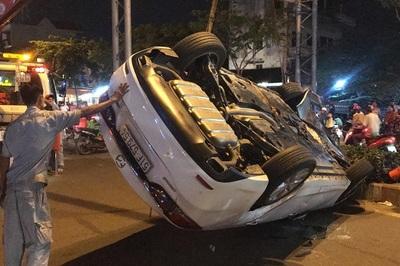 Tài xế lái ôtô lật ngửa ở Sài Gòn phản ứng khi bị test ma túy