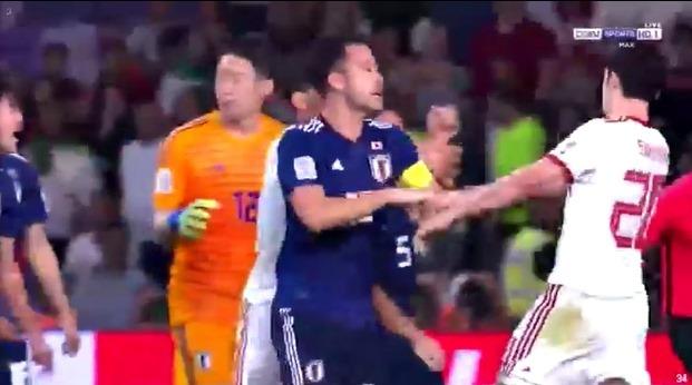 Tiền đạo Iran suýt no đòn vì chơi xấu với cầu thủ Nhật Bản