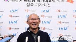 """HLV Park Hang Seo tươi rói, họp báo """"nóng"""" ở sân bay Hàn Quốc"""