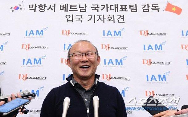 HLV Park Hang Seo tươi rói, họp báo 'nóng' ở sân bay Hàn Quốc