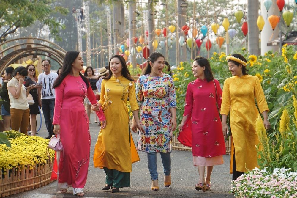 Linh vật ngộ nghĩnh ở đường hoa Tết 'phố nhà giàu' Sài Gòn