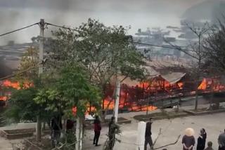 Cháy rực nhà bè ở Vân Đồn, ngọn lửa bùng phát từ bàn thờ