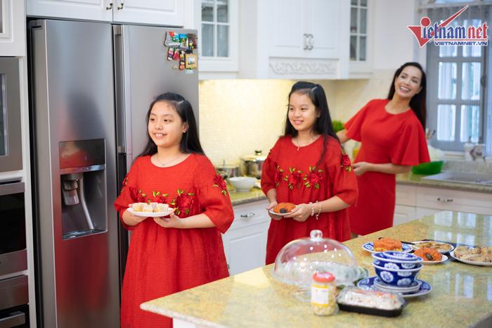 Bữa cơm tất niên giản dị trong biệt thự hàng chục tỷ của gia đình Thúy Hạnh