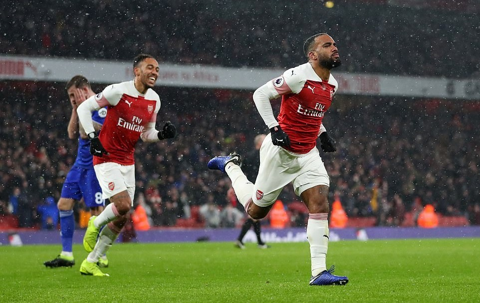 Aubameyang, Lacazette giúp Arsenal áp sát top 4