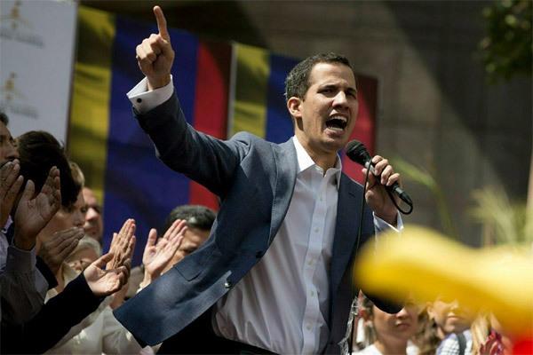 Tổng thống tự phong Venezuela bị cấm xuất cảnh, đóng băng tài khoản