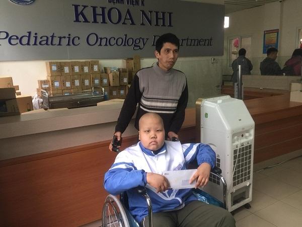 Hai bé ung thư đón nhận tấm lòng bạn đọc