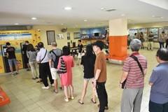 Người Singapore xếp hàng nhiều giờ để đổi tiền mới