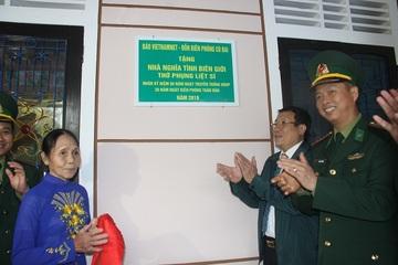 Bà Lê Thị Kha xúc động nhận quà sau 30 năm thờ cha liệt sĩ trong căn nhà dột nát