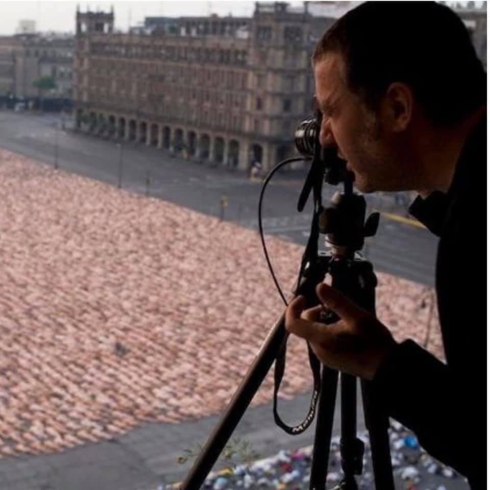 Ngàn người khỏa thân đổ ra đường, lấp đầy sân vận động để chụp ảnh