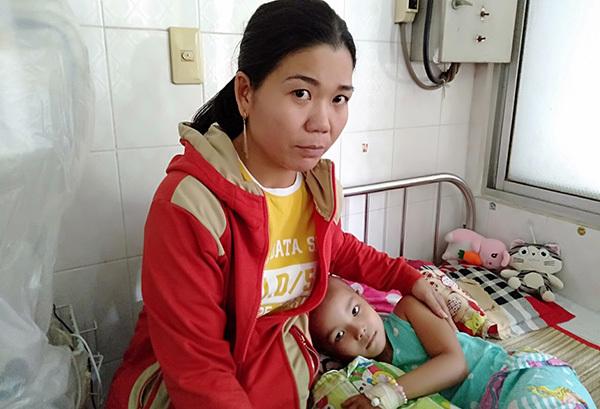 Nỗi khổ của người mẹ nghèo chăm con trong bệnh viện cuối năm