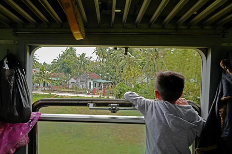 Cảnh lãng mạn trên chuyến tàu đưa người phương Nam về miền Bắc đón Tết