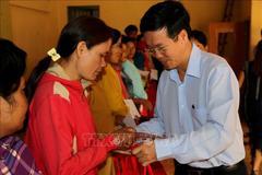 Trưởng Ban Tuyên giáo TƯ thăm, tặng quà gia đình chính sách tại Bình Thuận